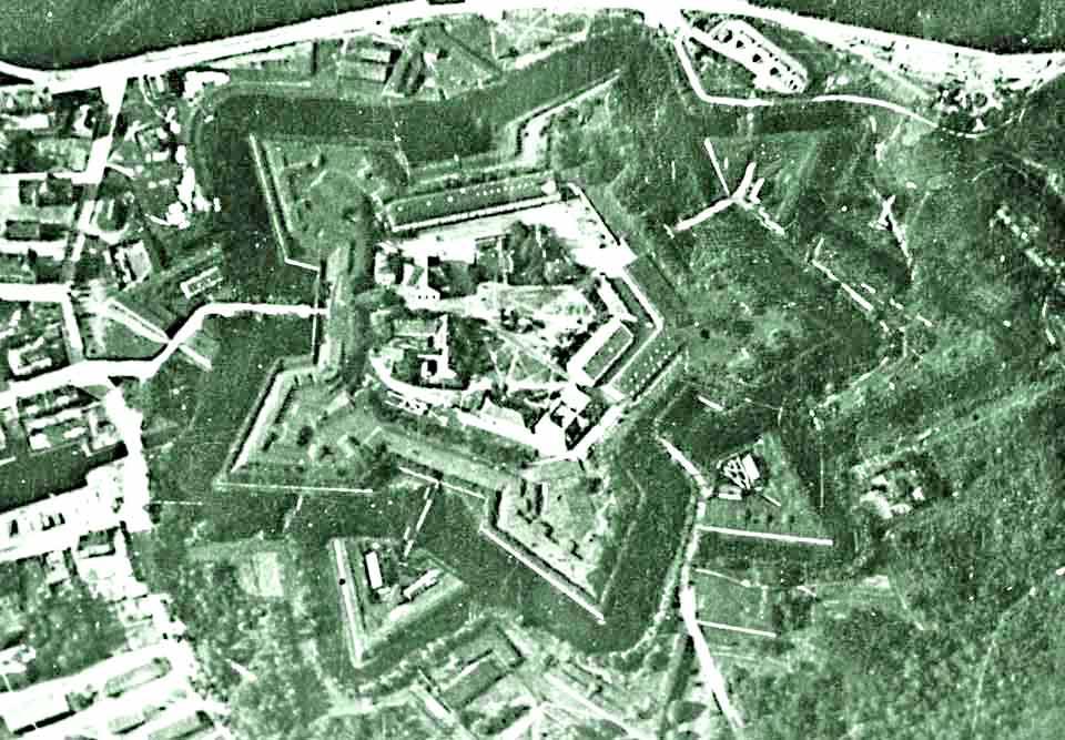 http://russian-west.narod.ru/gorod/interaktiv_karta/dostoprim/citadel-11/karta/sverhu-3.jpg